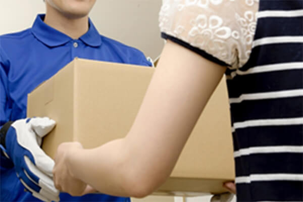 段ボールまたは袋にご依頼品を入れて、ご都合の良い「集荷日時」をお知らせください。